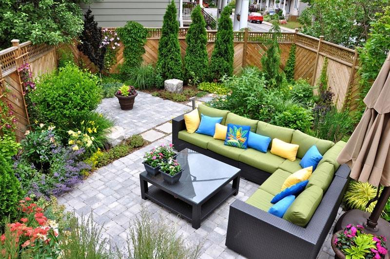 رابطه انتخاب میز و صندلی با طراحی حیاط و باغ ویلا و ساختمان
